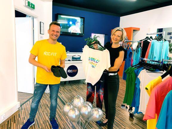 René Puglnig und Susanne Krall zeigen Produkte des neuen Tanzshops in Villach